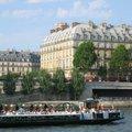 塞納河上的遊船很多,街上也滿是觀光客.