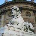 在巴黎街頭常常看到這種人面獅身塑像.