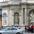 走在街上,隨處可看到許多藝術雕像.