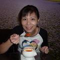 庭萱在正享用庭緣蕃茄蔬菜湯 ! 您瞧她多開心 !