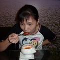 庭萱在正享用庭緣蕃茄蔬菜湯 ! 有健康概念哦 !