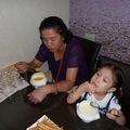 媽媽 & Judy 正在喝濃湯 ! 您瞧他們多開心 !