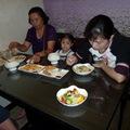 家人正在享用生菜沙拉 !