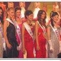 前排左二是來自咱寶島台灣的佳麗代表歐(我記得主持人介紹她是出生於台灣的海外華僑)。 後排則是「重慶市歌舞團」或「重慶市曲藝團」的表演舞者