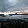 清晨約五點鐘就在山莊的客房床上看著窗外的日出雲海,這般山中景緻令我不禁走向陽台拍下這一張張照片,時間是98年8月4日早上約六點,地點:靜淳靜山莊,room 302 ...