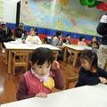 彤第一次上幼稚園見習,似乎很快樂呢~哈,還不錯還不錯…