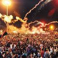 利比亞反抗軍攻進首都的黎波里,消息廿二日清晨傳回反抗軍大本營班加西,聚集在廣場上的群眾放煙火慶祝。(抄錄歐新社)