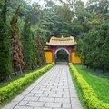 週遭環境清幽莊嚴,居山高處的大殿前庭讓視野遼闊,可遠眺觀音山及台北盆地景色,令人心曠神怡。