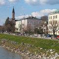 薩爾斯堡是由兩座位於市區的山所包圍,此城並由一條如藍絲帶的Salzach 薩爾茲河分開而坐落兩方。