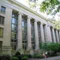 哈佛法學院創立於1817年,雖然比大學部(Harvard College)建校(1636)晚幾近兩百年,仍是美國最古老的法學院。