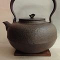 長文堂 古代平丸 1.5L~鐵壺,鐵瓶 長文堂作者為日本通商產業所認定 傳統工藝士 長谷川 長文,  其作品多次入選各個日本傳統工藝展覽並受賞。