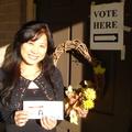 第一次在美國投票,咱家石頭員外洋老爺好高興! 特地為我的第一次神聖的投票攝影留念。 想不到吧,投票所內也能拍照? 這就是---美國......