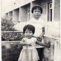 兩三歲時與姊姊在舅舅家的陽台上合照
