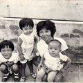 三姊弟和媽媽在舅舅家陽台合影