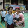 站在左邊的是中華郵政中壢分局所屬36支局長,位於龍潭烏林,右邊則是學有專精的客語老師,兩人的家鄉都在楊梅鎮三湖、四湖地區,巧的是,也都當了媽。