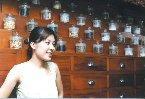 一九七八年生,二○○二年秋天,出版第一本散文集《藥罐子》,二○○三年冬天,完成碩士論文,三月,去印度旅行三個月,立定志願暫時當一個不事生產的低等生物,過著大腦休眠、身體感官洞開(腹瀉、觀呼吸、嘔吐、暴食)的日子,蠕動於情感、遊戲、瑣碎間。二○○四年,思索一些關於感情、疾病與身體的課題,讓身體與情感嘗試各種新的可能,接受身體再教育,情感再教育。
