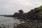 濟州島 位於韓國最南端的北太平洋上,是韓國第一大島(1825平方公里),島中央高高聳立著韓國最高峰(1950公尺)漢拏山,因受近海暖流的影響,全年氣候溫和,有「東方夏威夷」之稱。濟州島具有異國風情和美麗的自然景觀,成為韓國人夢和幻想的島嶼,也是極具韓國代表性的旅遊勝地,島上觀光多靠步行,遊客最好準備好輕便的服裝和便鞋;一年四季華麗的景色及豐富多彩的慶典活動,正等待著您來造訪。
