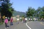 行程:社區活動中心 (晨六時整準時出發,逾時不候)─北二高─大溪─北橫公路─羅浮─小烏來天空步道─風動石一小烏來森林步道─小烏來龍鳳瀑布─角板山公園─可愛溫暖的家。