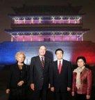2004年十月希拉克訪華與胡錦濤於北京南大門--正陽門箭樓合影。正陽門首次以外國國旗燈光為裝飾,打上資產階級革命象徵的tri-color: 藍白紅。