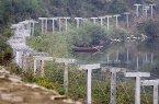 Source:http://photo.chinatimes.com/photofile/newsphotob/95101607jb.jpg 阻絕難民潮(2006/10/16) 北韓進行核子試爆之後,東北亞局勢陷入緊張,聯合國則已通過對北韓的制裁方案。為防止北韓難民大量湧入中國大陸,與北韓接壤的遼寧省丹東市設置了新的圍籬。(美聯社)