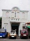 中華會館台東分社位於台東市中正路143號,昭和2年(1927)興建,為早期典型的西式歷史建築之一,並於民國75年(1984)在此立碑紀念抗日忠貞烈士。如今會館周圍景象已不若昔日,更面臨不知該如何保留此珍貴建築的情境。