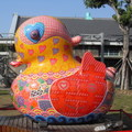 洪易,台灣藝術家,以創作生動有趣的立體雕塑作品聞名,運用在地的元素、色彩及圖像組合,建構出鮮明的特色意象。本圖片為筆者所拍攝