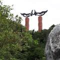 靈鷲山無生道場門口有一對銳利的鷹眼,兩側石柱上有各國宗教圖騰稱為「天眼門」,山坡有53座佛塔稱為「舍利塔林」,莊嚴無比。