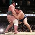 107.1.20 圖右橫綱鶴竜推出栃ノ心  .jpg