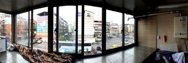 很寬很寬的一道橫式隱形鐵窗