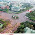 警方估計僅約11萬人。絕非是灌水的25萬人。網友可自己從左下角圖片中,以400人為一單位,圈出一個正方形,再繼續劃正方形,直至將全圖的面積覆蓋為止,即可知全人數;在下估算僅得約3萬餘人!復考慮晚間後加入的旁觀人數,才合計約4萬餘人。