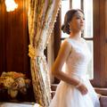簡單的白紗不需要過多的配飾,白紗本身傳達的設計就是一種純潔和不退流行的時尚。