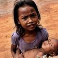 在柬埔寨這樣的孩子很多,他們到處跟遊客乞討,很多遊客卻視而不見,是何原因,我不想探討。只祈願 主賜給她們力量,助她們早日脫離窮困。