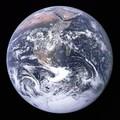 地球:著名的「藍色彈珠」照片由阿波羅 17 號太空船於 1972 年拍攝。