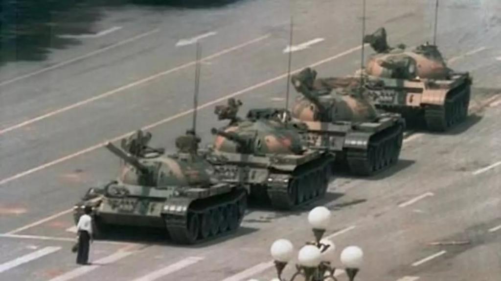一名青年在六四之夜在北京長安街阻擋解放軍坦克的照片