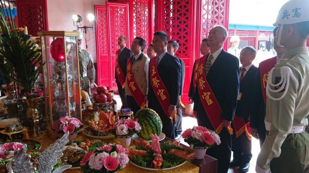 內政部長徐國勇(中)上月29日南下台南主持鄭成功中樞祭典,引發討論。記者修瑞瑩/攝影