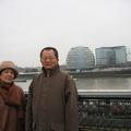 與夫人在泰晤士河畔合影