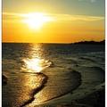 淡水,是我求學的地方,我對已逝歲月的懷念與感嘆,盡付於相片裡夕陽的流金中。