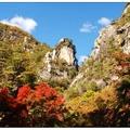 「昇仙峽」位於日本山梨縣甲府市之北,為釜無川支流的荒川上的一個峽谷。有著日本第一溪谷美稱的昇仙峽, 全長約 4 公里。