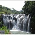 「十分瀑布」位處新北市平溪區基隆河上游,為台鐵平溪支線的著名景點。  搭平溪線至十分車站,沿老街步行約十多分鐘至十分瀑布。