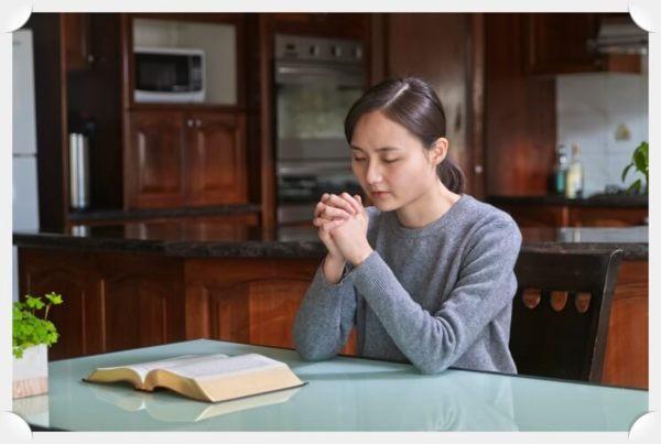 姊妹在禱告中