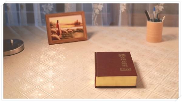 書桌上的神話語書和主耶穌畫像