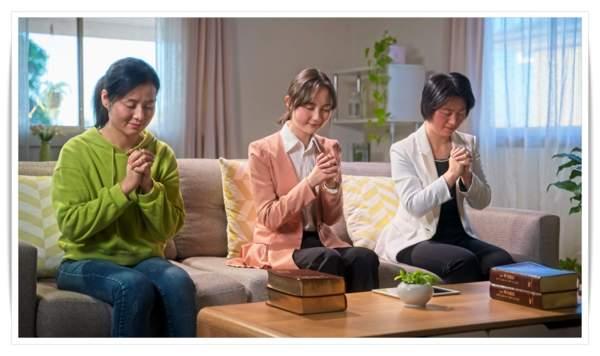 姊妹們禱告親近神