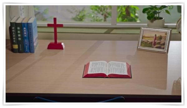 書桌上的聖經書與主耶穌畫像