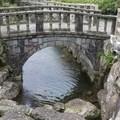 溪流大約幾十公尺長,河道兩旁以大岩石砌成,岩石縫長著綠色蕨類,清澈溪水蜿蜒潺潺。河床上錯落著大小不等的岩石,溪流的水 ...... 。