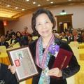 六月從事業餘寫作三十餘載,2015年幸獲中國文藝協會頒發「文學創作獎」文藝獎章。
