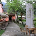 這是花蓮鯉魚潭邊的一處咖啡農莊兼民宿, 很有特色的一個度假去處........