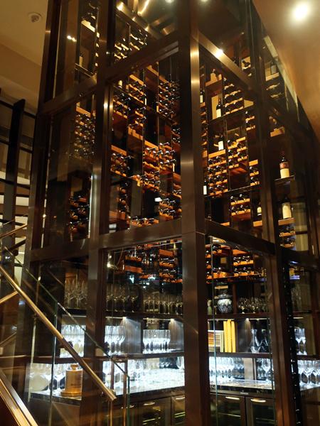 玻璃塔型的酒窖