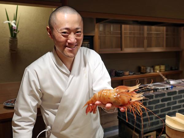 捧著碩大牡丹蝦的天本主廚