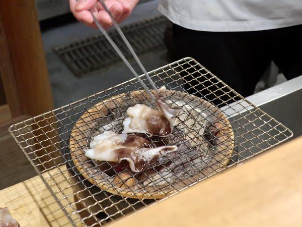 主廚在烤的東京灣鳥貝