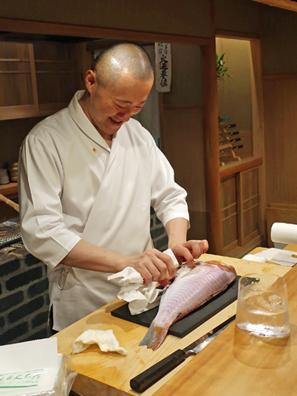 主廚已忙著處理食材